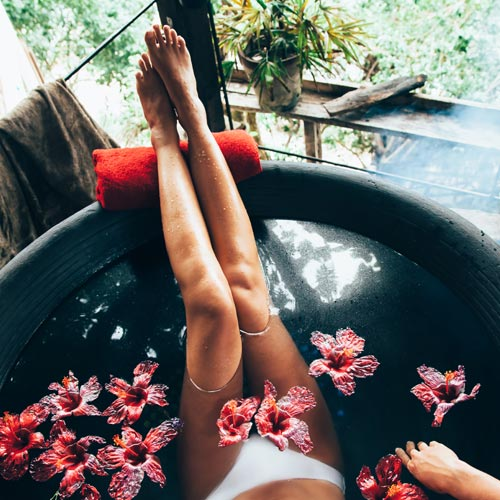 Romantikus pezsgőfürdő virágszirmokkal, pezsgővel